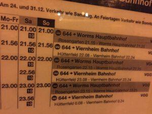 Die späte Abfahrtstafel der Linie 644 am Lampertheimer Bahnhof. Zusätzlich fahren noch Sammeltaxen.
