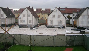 Die Gärten zwei Meter tief ausgehoben, das Haus verhüllt - Sanierung im Ulmenweg.