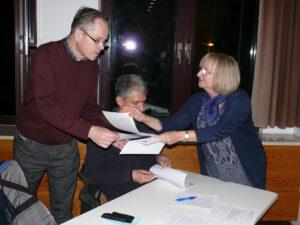 Auch die Lokalpresse verfolgt interessiert den Abend: Uwe Rauschelbach vom Südhessen Morgen (links) und Oliver Lohmann von der Lampertheimer Zeitung bekommen Unterlagen von Ortsvorsteherin Carola Biehal.