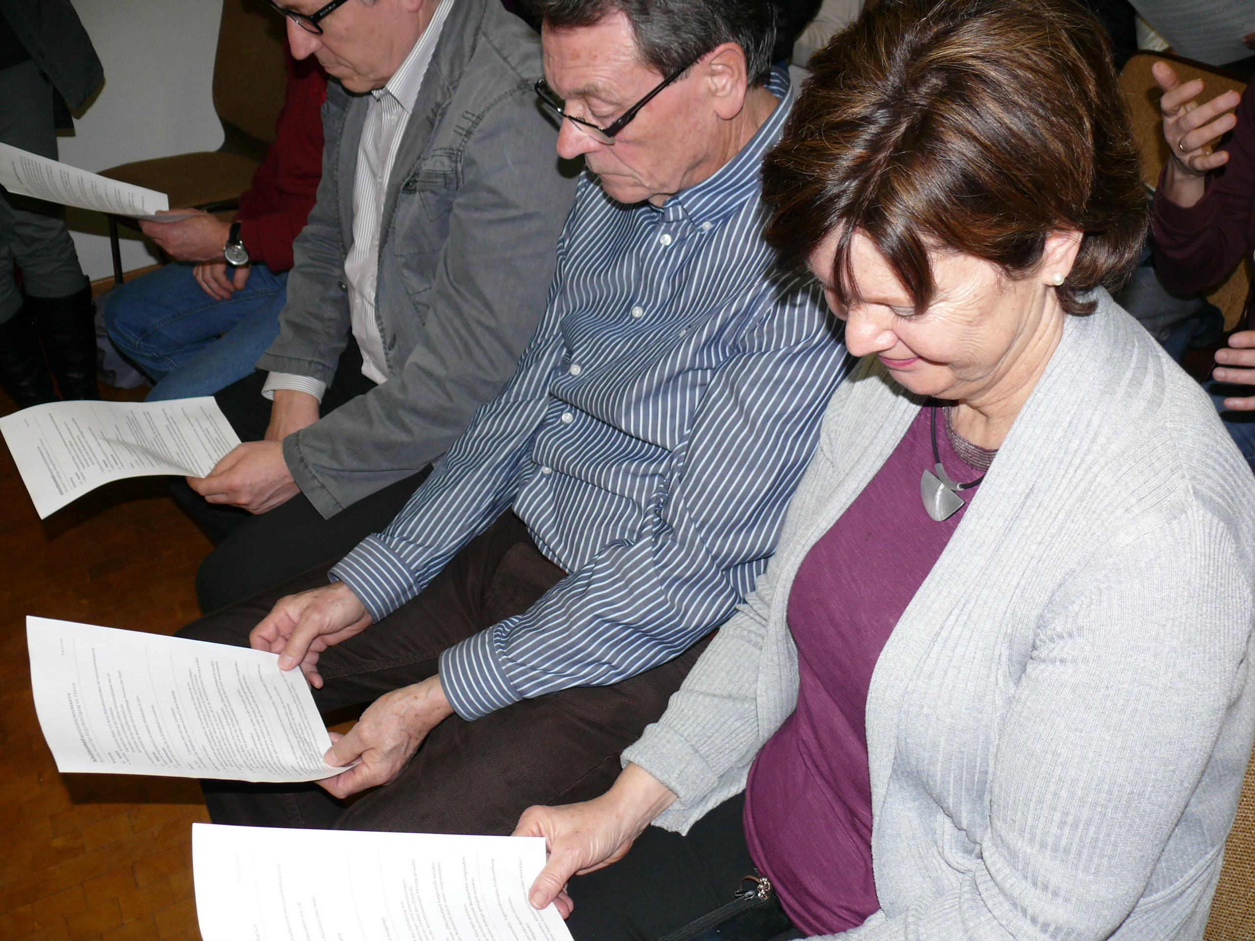 Neuschlößer informieren sich mit verteilten Handzetteln über das Bürgerkammer-Konzept.
