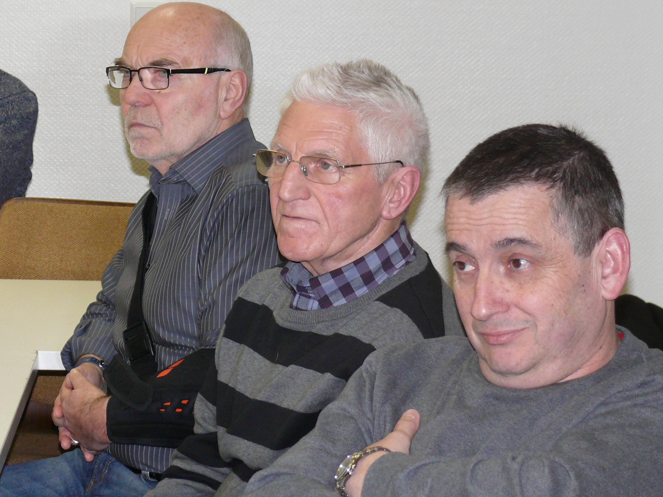 Die bisherigen Ortsbeiräte, hier im Bild (von links) Robert Lenhardt, Manfred Reipa und Volker Harres, verfolgen gespannt die vielen Fragen und Stellungnahmen der Neuschlößer.