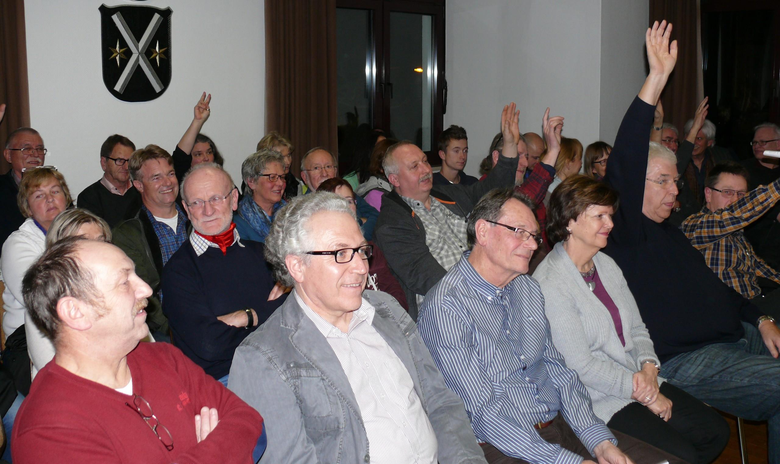 Per Handzeichen geben etwa 15 Neuschlößer die Antwort auf die entscheidende Frage: Wer würde denn bei einer Bürgerkammer mitmachen? Ein erfolgversprechender Ausgangspunkt.