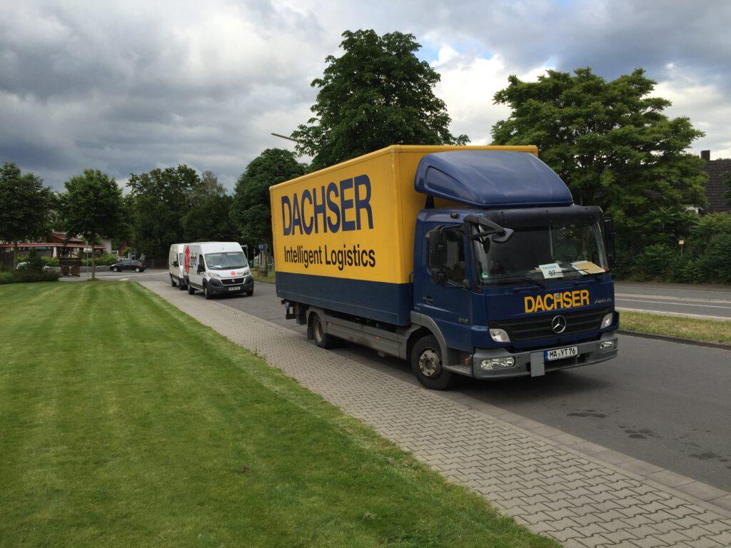 Abendliche Veranstaltung: parkende Lastwagen in der Forsthausstraße.