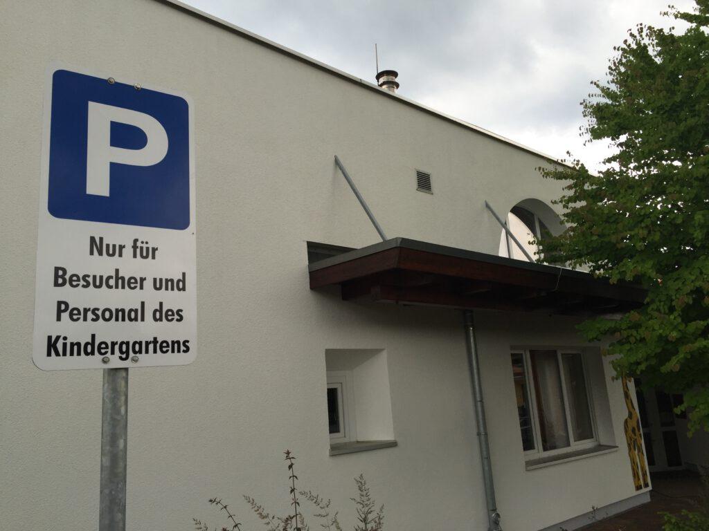 Wenig Parkplätze vor Kindergarten und -krippe.