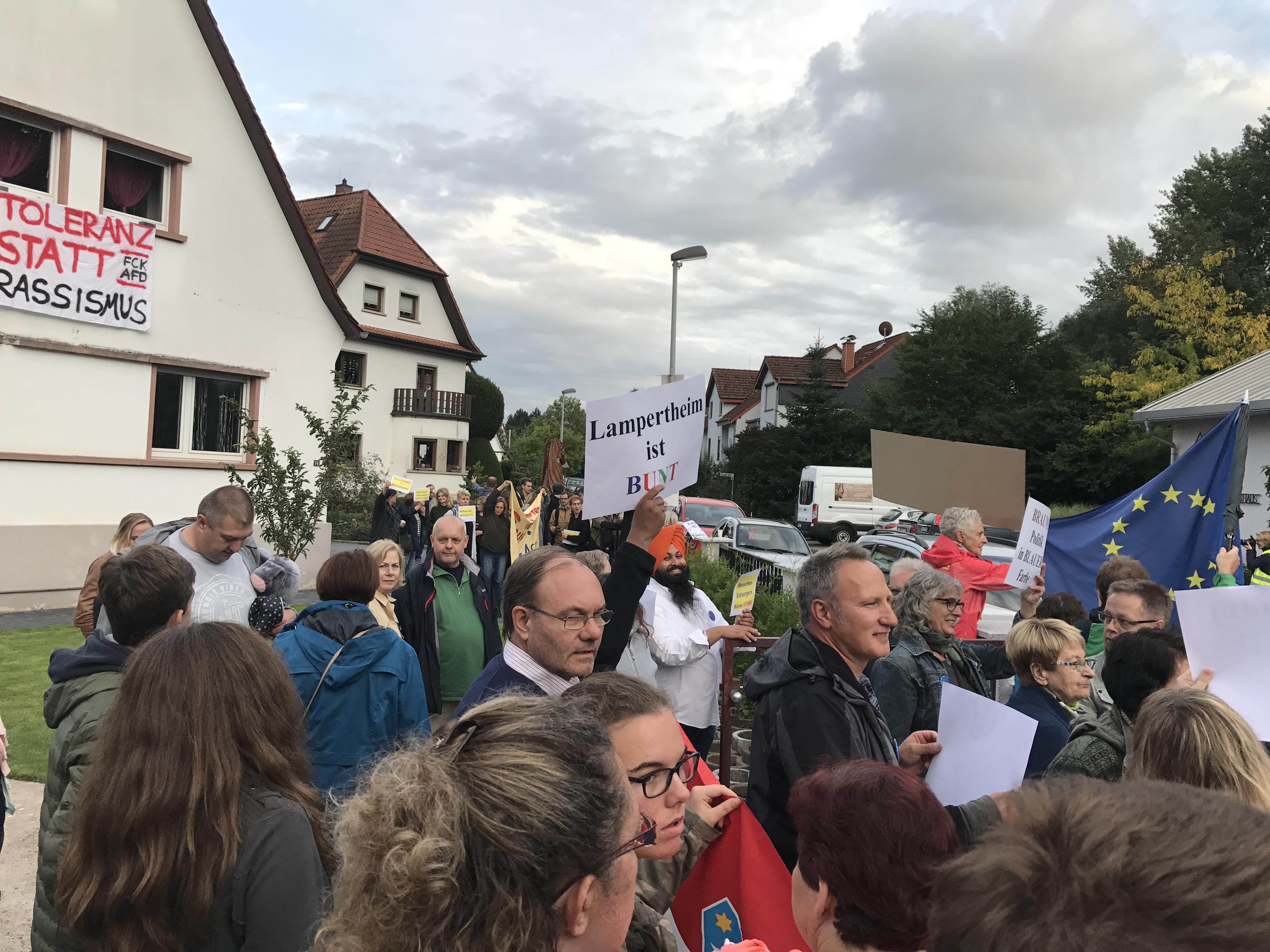 """""""Lampertheim bleibt bunt"""" - Protest gegen die AfD im Rosengarten."""