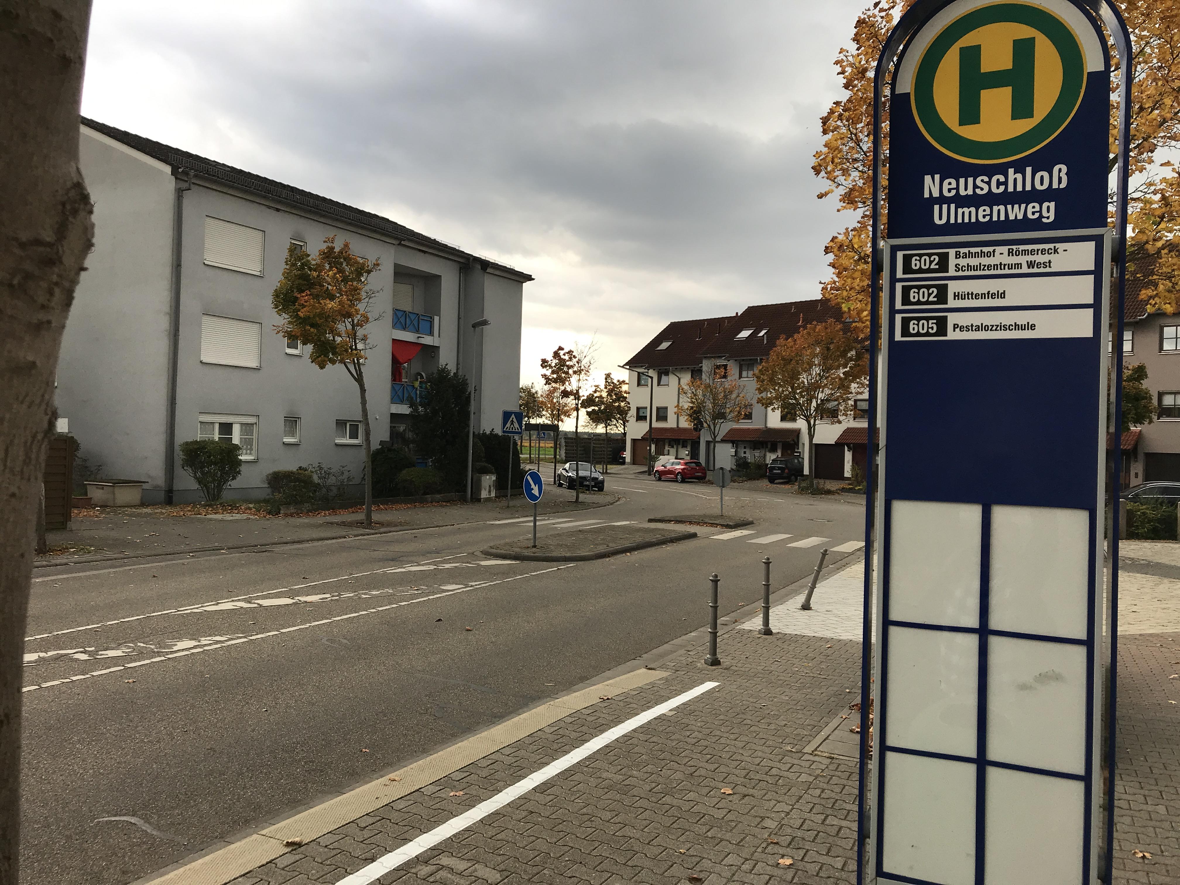 Die Bushaltestelle im Ulmenweg - jetzt mit offizieller Linie.
