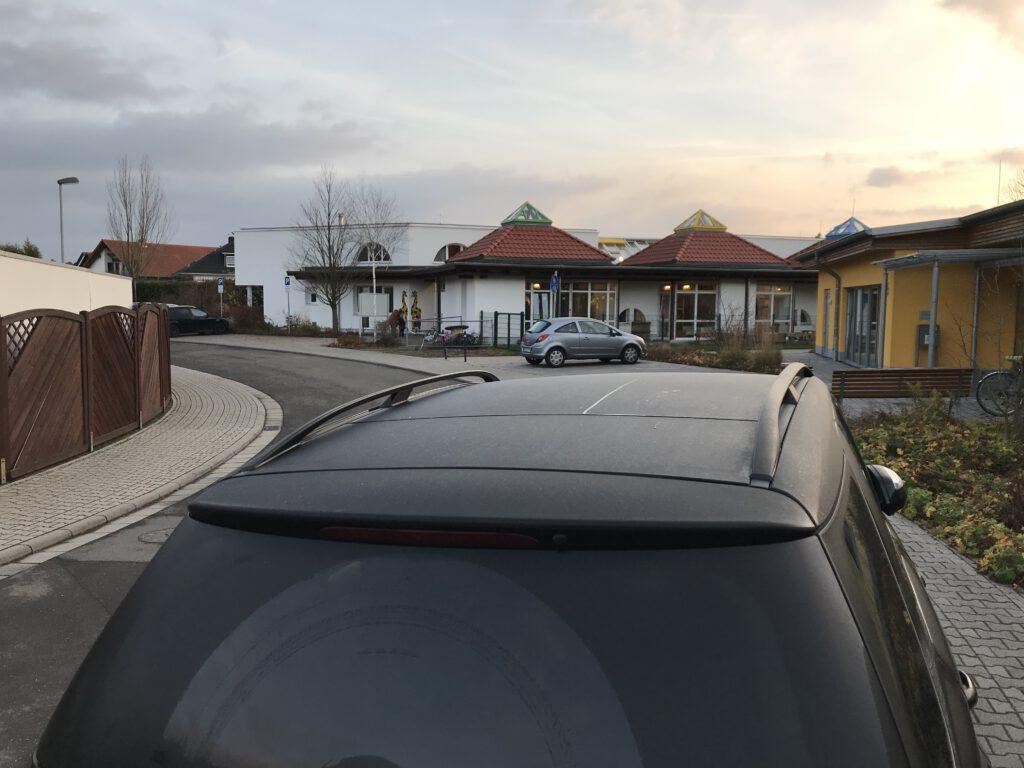 Elternautos, halb auf dem Geweg geparkt.