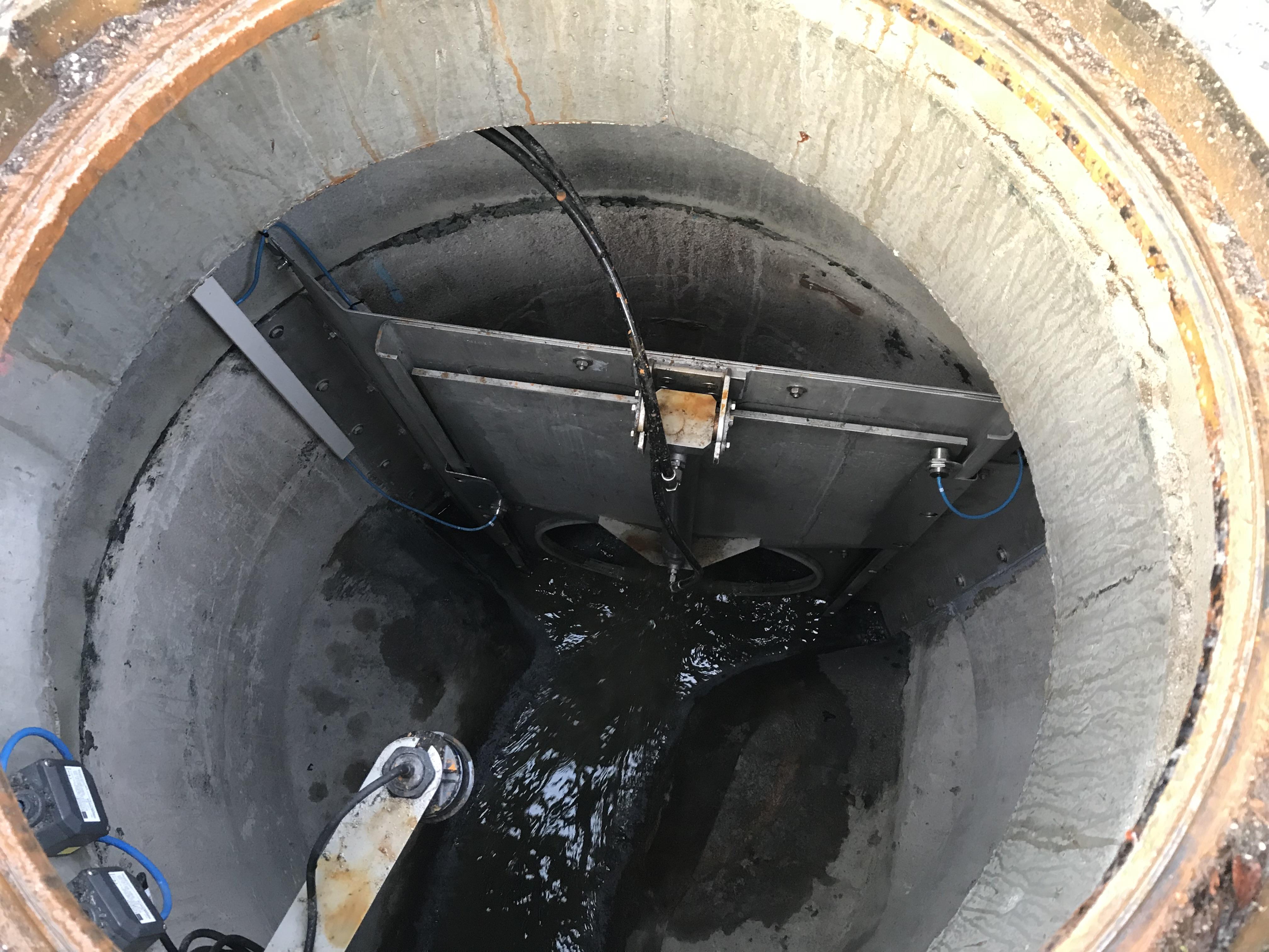 Blick in den Kanal: Die Klappe wird hydraulisch gehoben und gesenkt, das Wasser staut sich und fließt danach kraftvoll los.