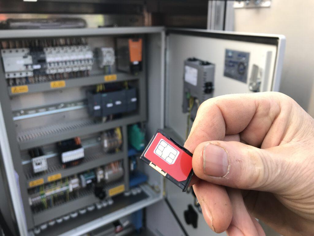 Die Technik ist via Mobilfunk mit dem Klärwerk verbunden.