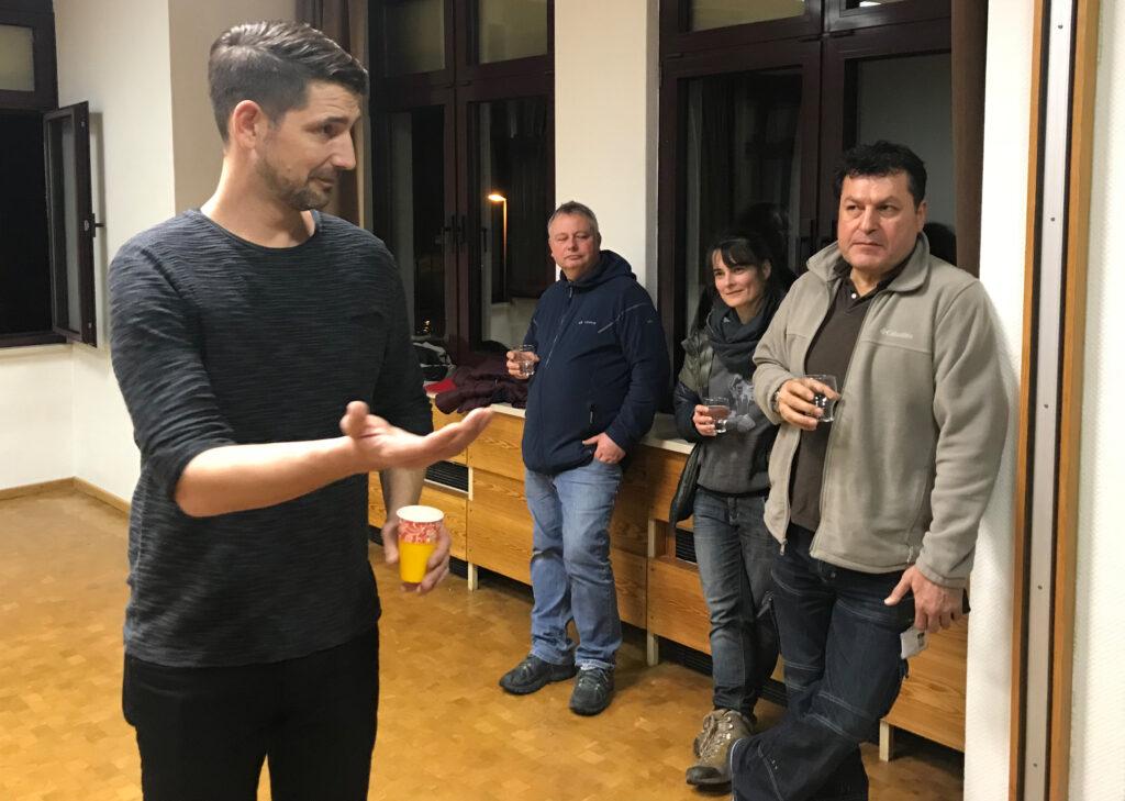 HR-Reporter Philipp Wellhöfer im Gespräch mit den Neuschlößern.