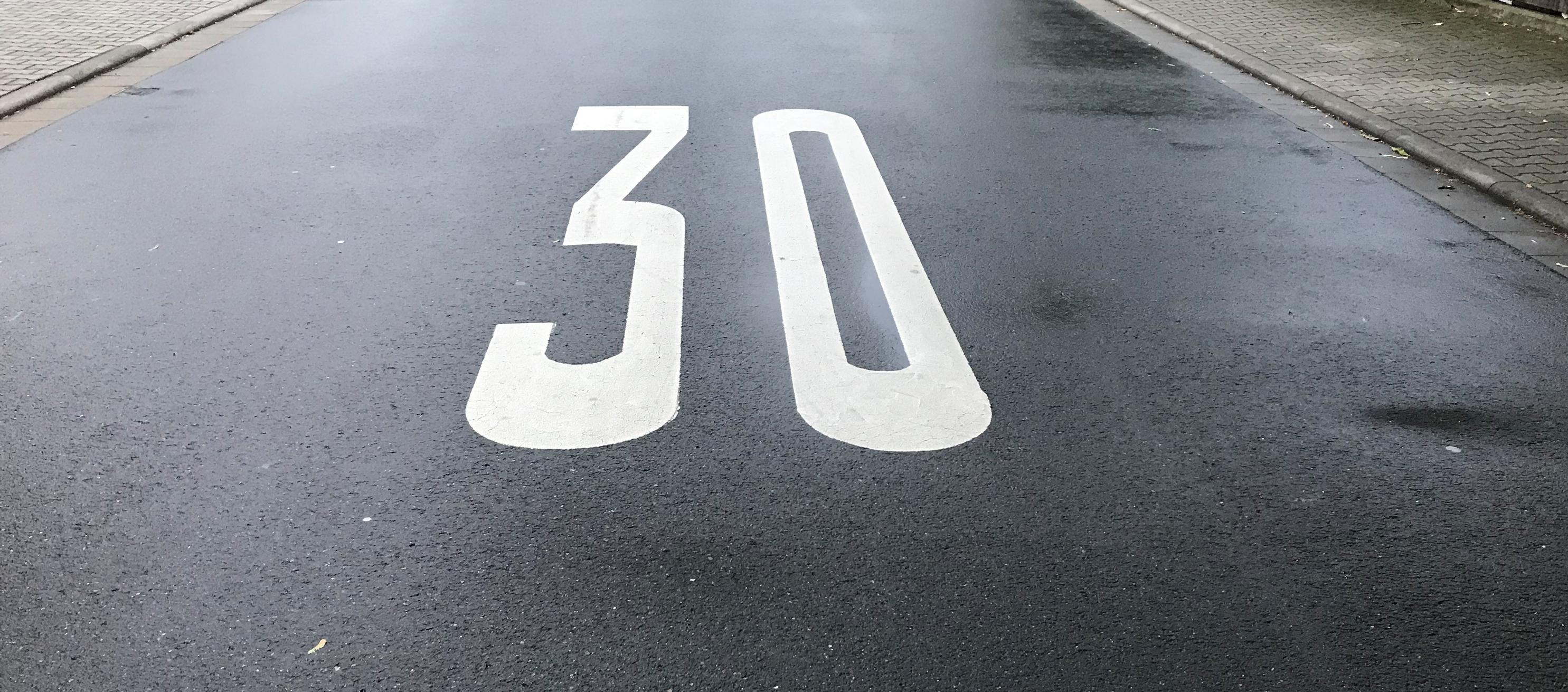 Helfen weitere Markierungen auf den Straßen - wie hier im Alten Lorscher Weg?