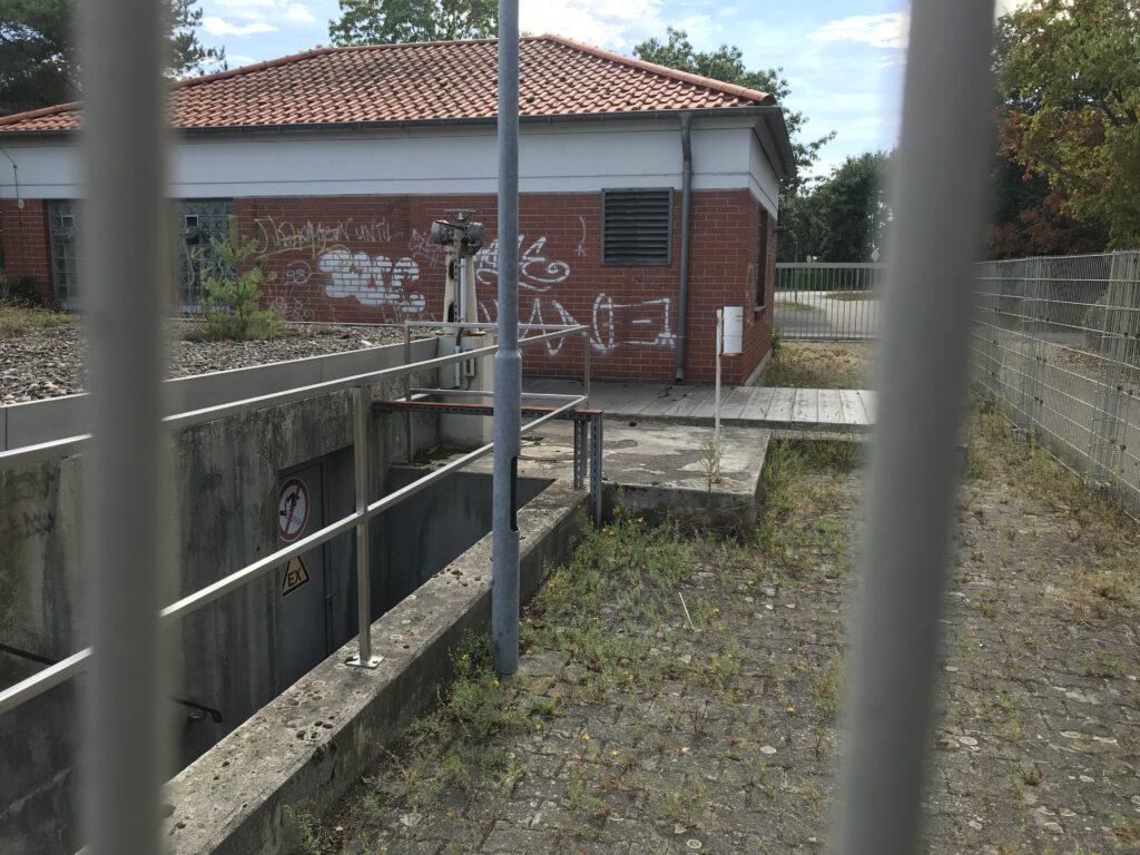 Abwasserpumpstation in Neuschloß am kleinen Waldfriedhof-Parkplatz
