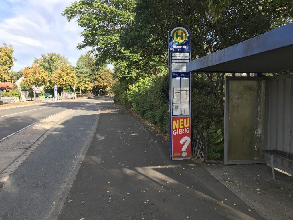 Die Bushaltestelle in Richtung Hüttenfeld verschwindet hier - und wird ebenfalls in den gegenüber liegenden Seitenweg verlegt.