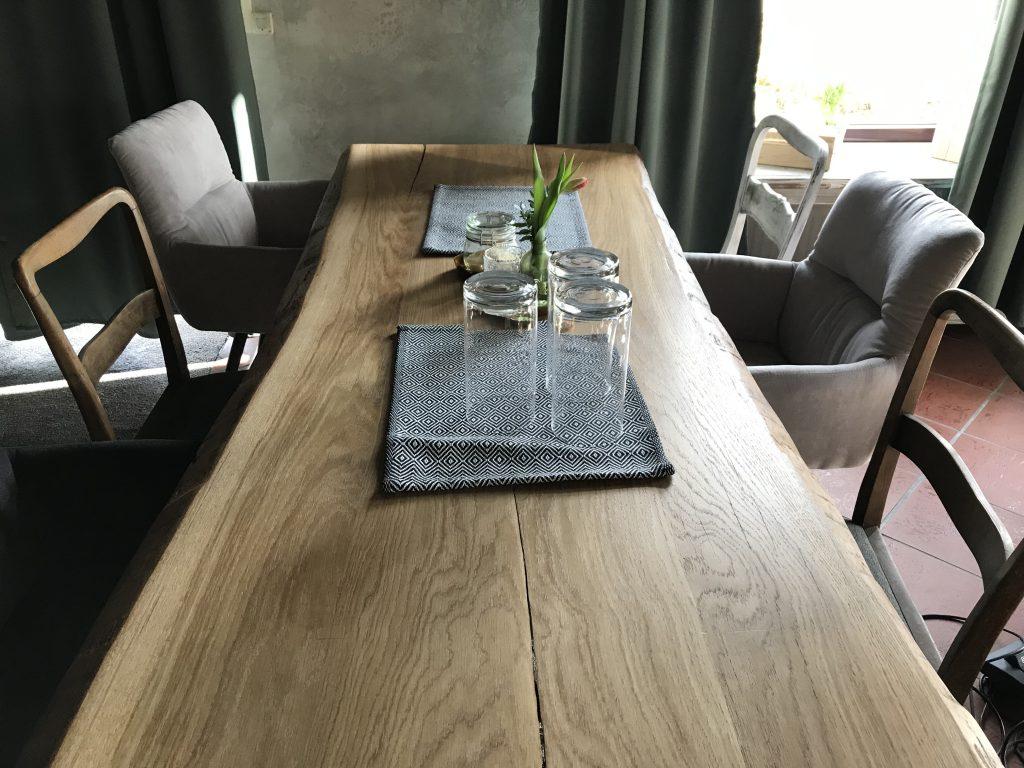 Tische und Stühle aus Echtholz.