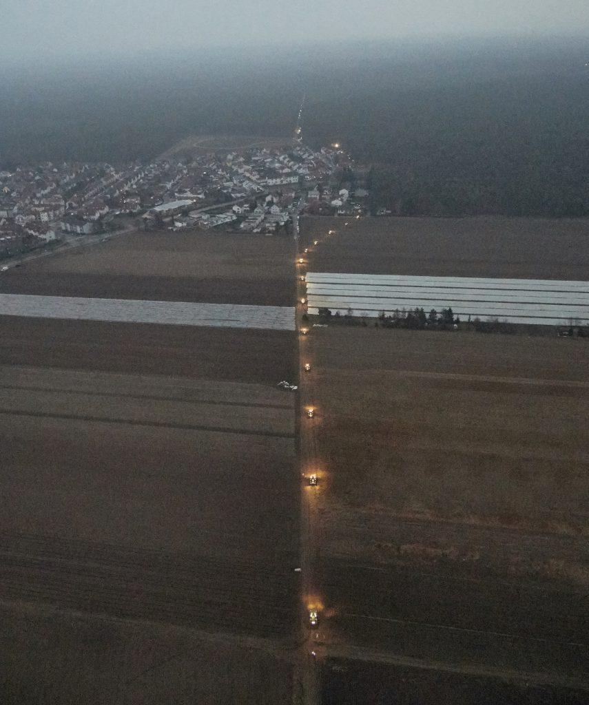 Landwirte verlängern den Lichterzug mit beleuchteten Traktoren. (Foto: Bila)