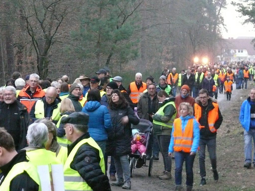 Protest gegen die Neubaustrecke im Wald.