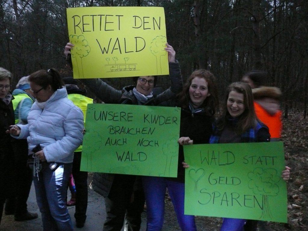Junge Protestierende im Wald.