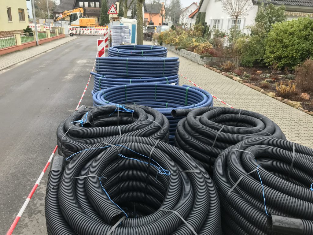 Arbeiter vergruben lange Rohre, um das Testfeld im Ulmenweg an die Grundwasseraufbereitungsanalge an der Landesstraße anzuschließen.