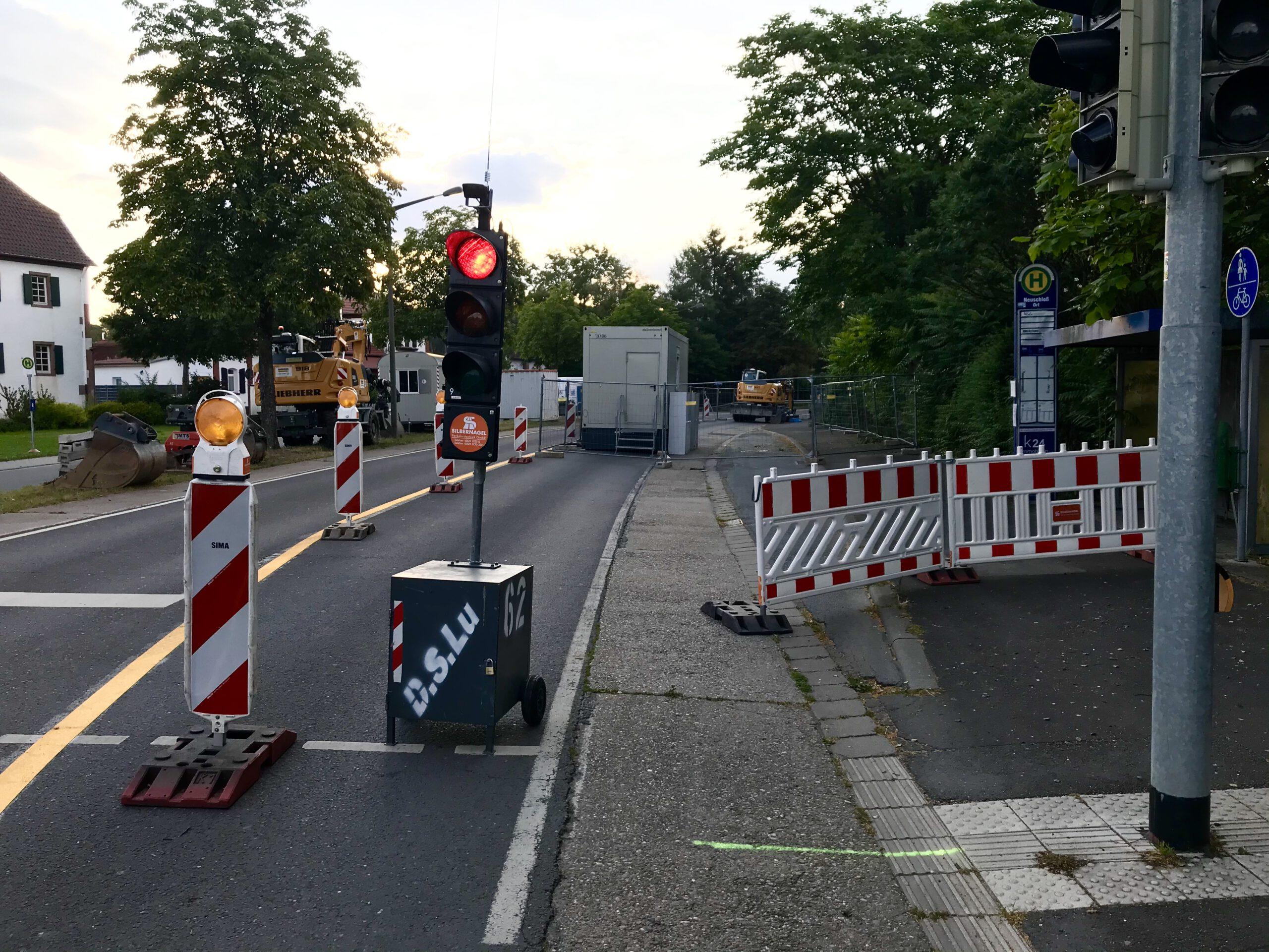 Einseitige Sperrung mit Baustellenampel der L3110 zwischen Neuschloß und Hüttenfeld.