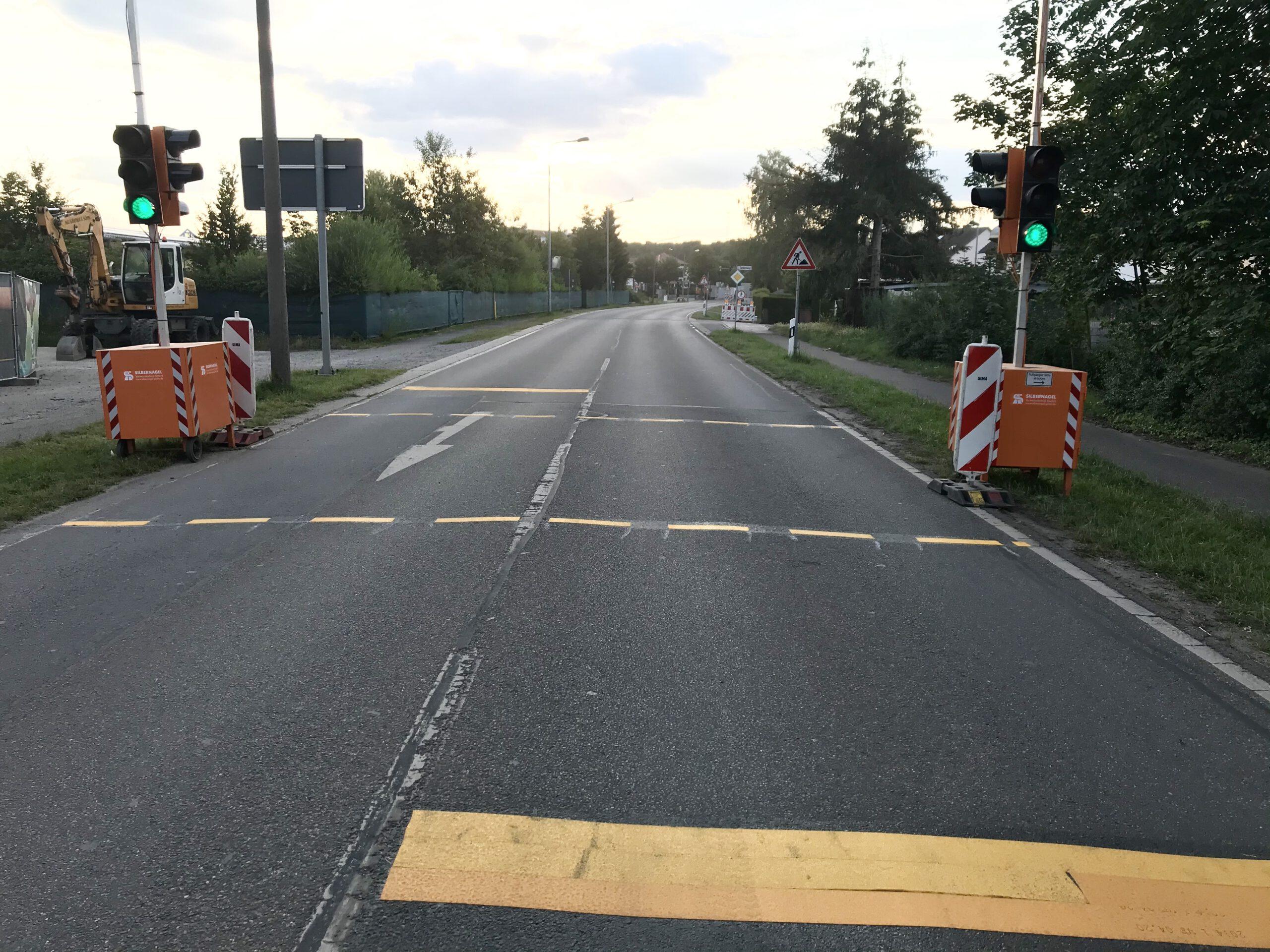 Fußgänger können an einer Behelfsampel auf der L3110 zwischen Ulmen- und Tannenweg die Seite wechseln.