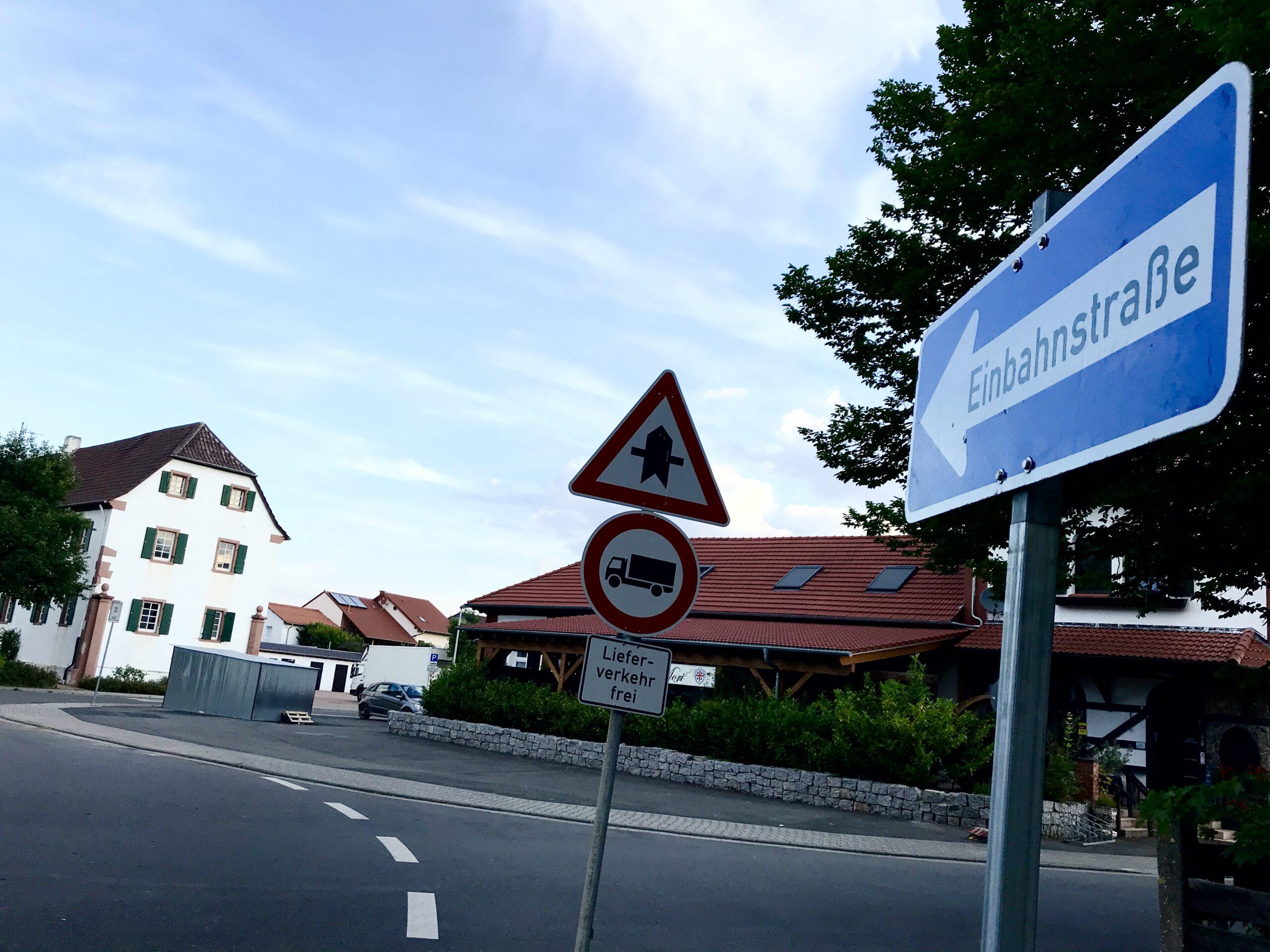 Seitenweg der L3110 vorübergehend Einbahnstraße.